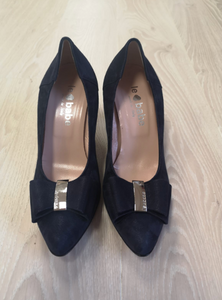 Navy court shoe with bow