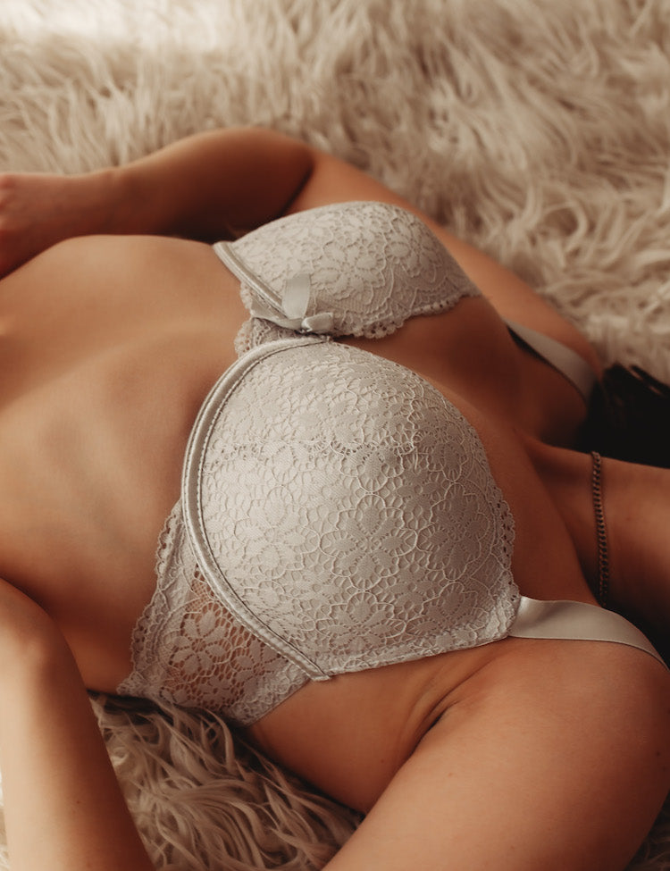 mia- supportive full-coverage bra, featuring all-around feminine floral lace and a dainty bow in the center