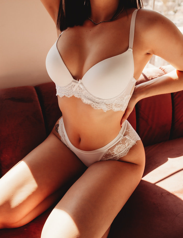 avery-a beautiful bra set that has extra-wide bands (and 4-hook back closure), providing that sought-after longline look! Solid cups and floral lace bands, with a dainty matching bow in the center