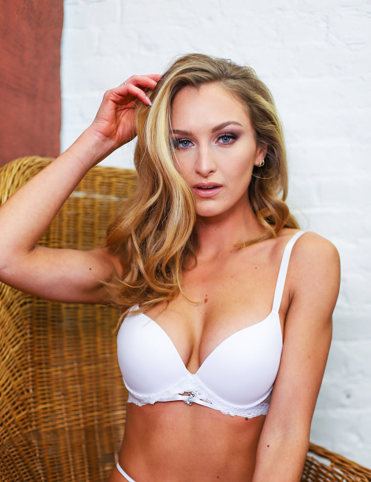 elise- t-shirt bra with solid cups and zig-zag lace bands, featuring a dainty design in the center gore