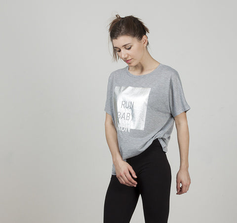 Camiseta gris estampada en plata (+colores)