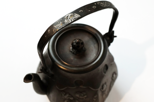 Ryubundo Iron and Silver Mounted Kettle Pot with Patterns of Serving Tea 【龙文堂·煎茶花铸文】