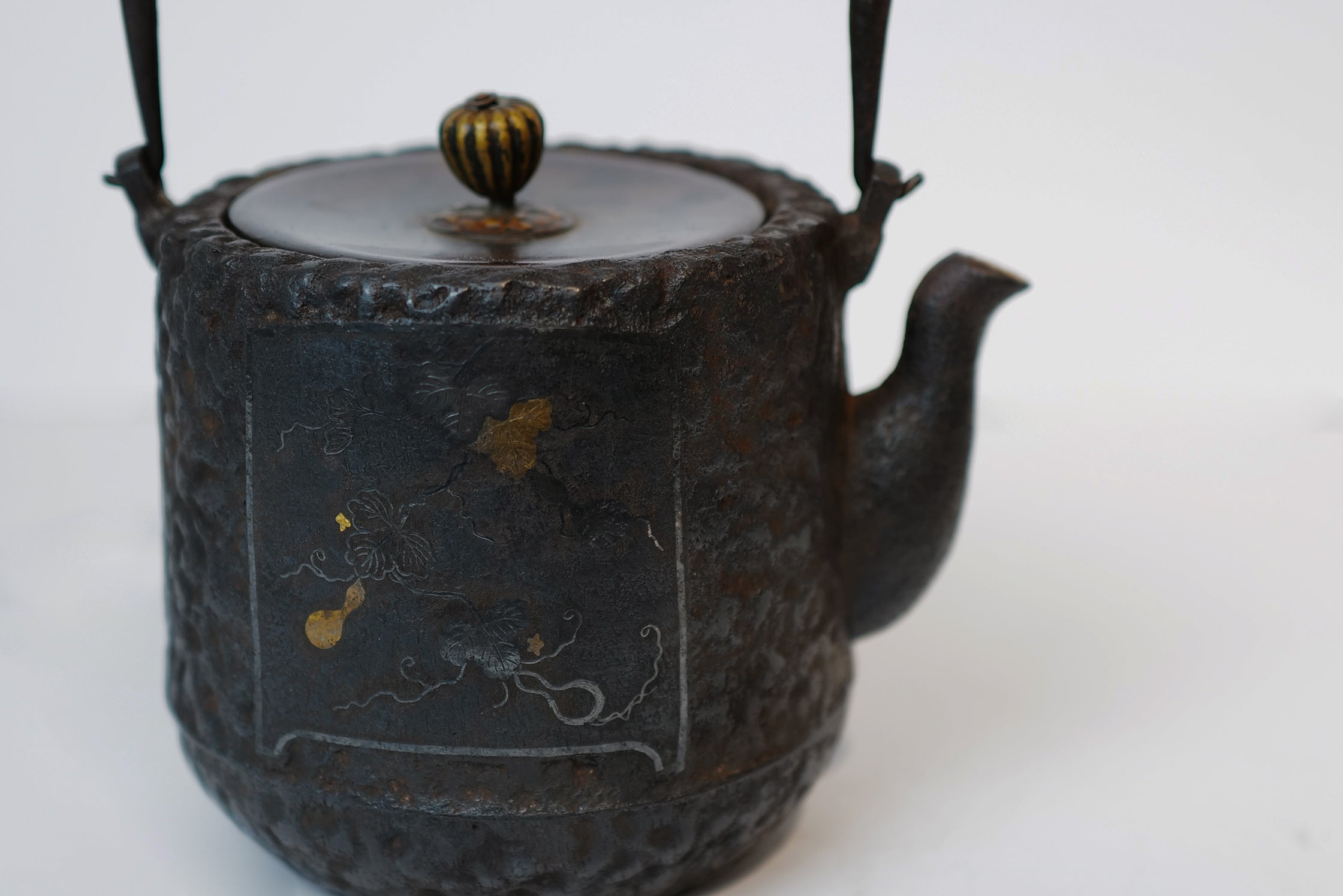 Iron Kettle Pot with Gold and Silver Inlaid Patterns 【精金堂 · 嵌金银葫芦纹】