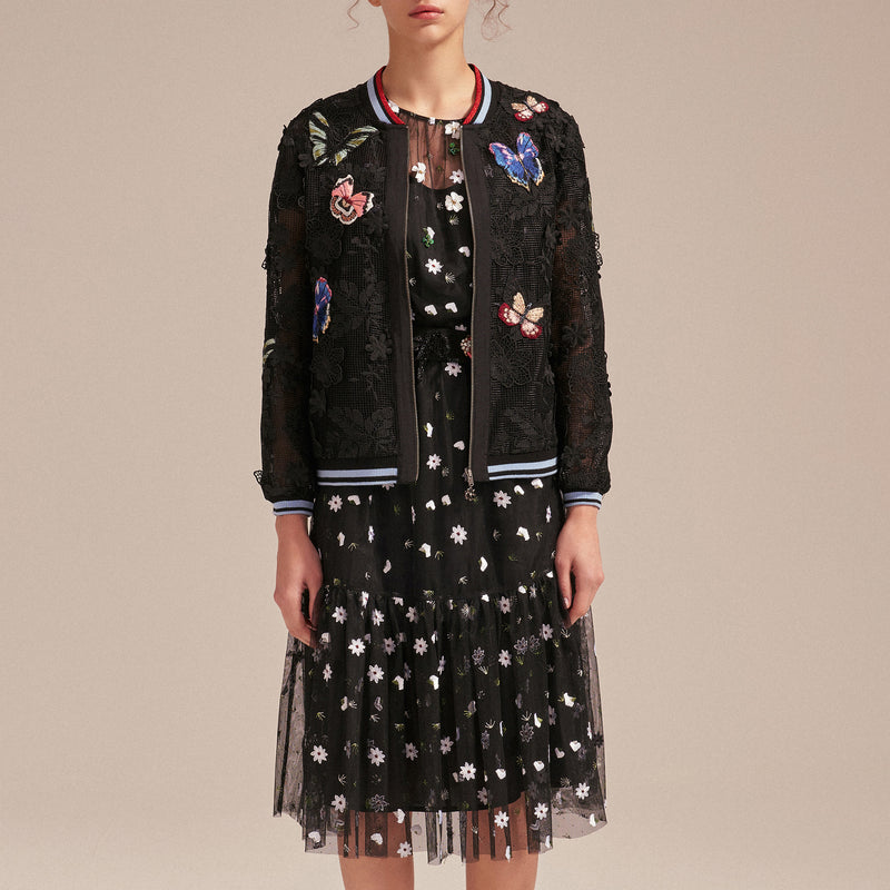 Puffed-sleeves embroidered tulle dress.