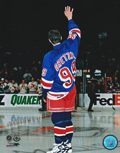 Wayne Gretzky Unsigned 8X10 Photo (Wave)