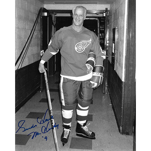 Gordie Howe Autographed 8X10 Photo (in Tunnel)