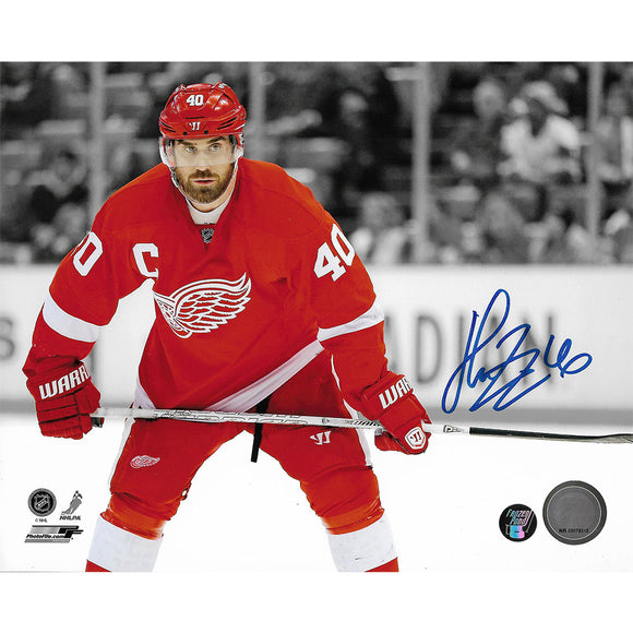 Henrik Zetterberg Autographed Detroit Red Wings 8X10 Photo (B+W Background)