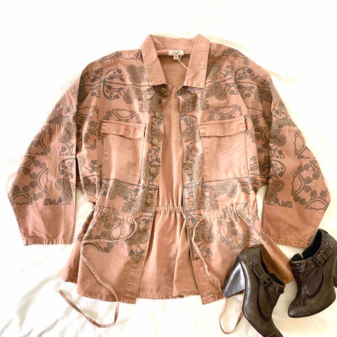 LIGHTWEIGHT TERRACOTTA COLORED TWILL JACKET WITH VINTAGE INSPIRED GRAY FLORAL PRINT AND SINCHED WAIST.