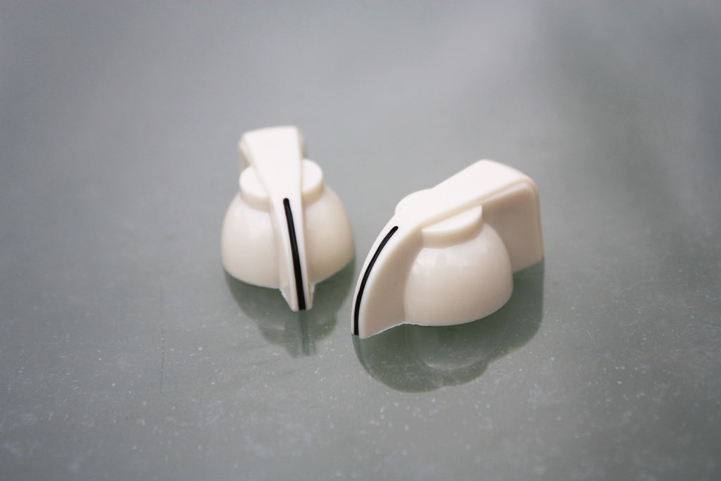 Chickenhead control knobs in cream, pair.