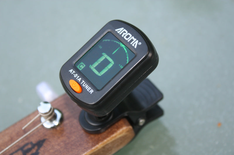 Mini headstock tuner by Aroma, battery provided.