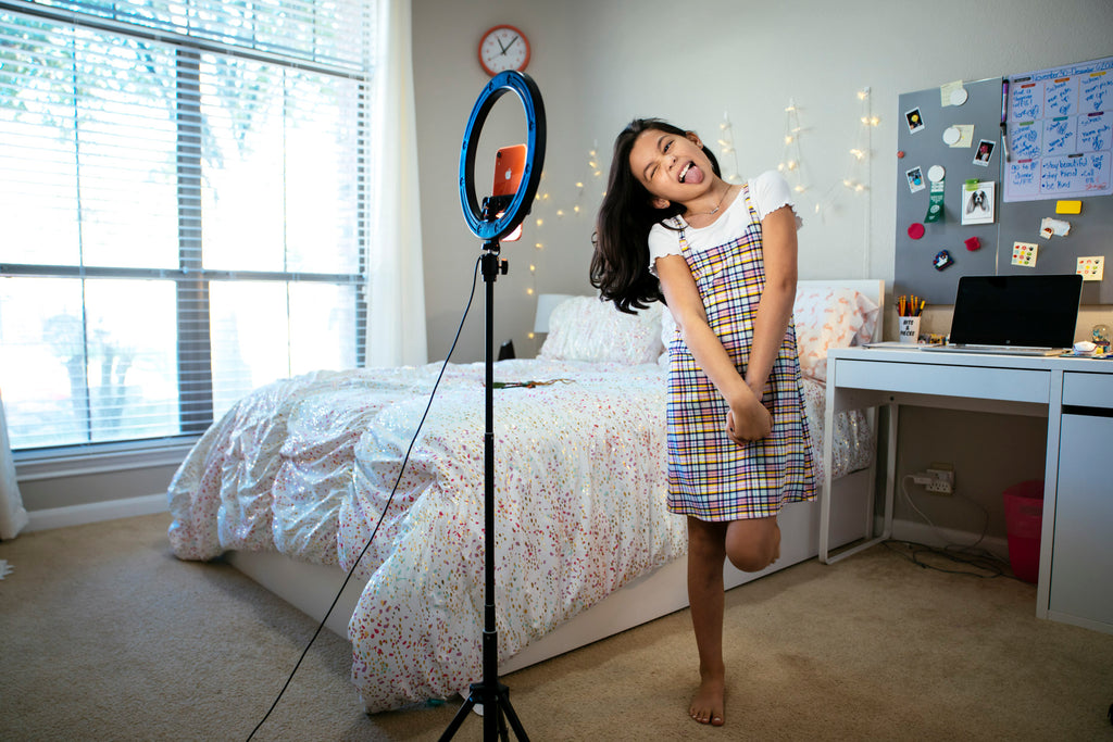 Inti StClair-girl-dancing-in-bedroom-with-tongue-out-in-front-of-cell-phone-and-ring-light-for-tiktok-video-20201220_Degner_1369