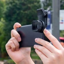 Load image into Gallery viewer, SIRUI VD-01 Anamorphic Attachment Lens with Clip for Smartphones