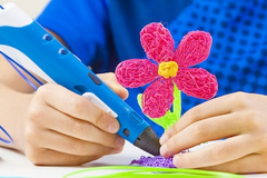 Kid Painting a 3d pink flower with a 3d Pen