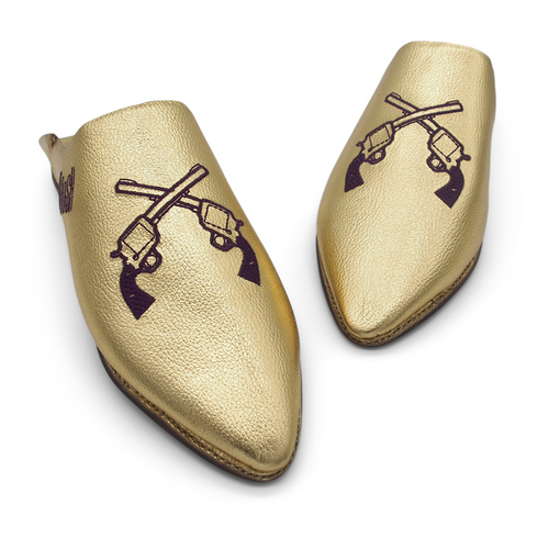 HANDMADE IN MOROCCO. OUTSTANDING. COOL.  LET'S AVOID THE REAL ONES. GET THESE GUNS OUT AND SHARE THE SWAG. Handgefertigter Leder Slipper. Gold mit lila Pistolen. GEORGE BOOSH GOLD BABOUCHE. BOOSH.