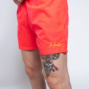 "BRINGING VACATION. EVERYDAY. ENJOY LIFE.  Bist Du in (ON-)VACATION Stimmung? Dann bist Du hier genau richtig. Denn wir haben die perfekte Bade Short für Deine Sommer Stimmung gefunden. Die Korallfarbene Badehose mit bestickter On Vacation Signature auf der Vorderseite von On Vacation.  Über das Produkt 100% Quick-Dry-Polyester ""On Vacation"" Stick vorne Zwei Seitentaschen und eine hintere Tasche mit Reißverschluss Verstellbarer Kordelzug Mit Netzeinsatz. ON VACATION SIGNATURE BADEHOSE. ON VACATION."