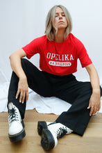 "Laden Sie das Bild in den Galerie-Viewer, Vintage Reworked Under Armour Crop Top in Rot mit ""Opelika Bulldogs"" Aufdruck - Größe M"