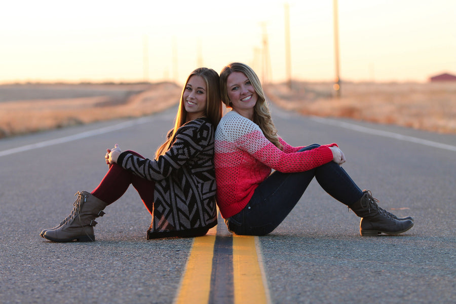 Great Poses and Ideas for Best Friend Photoshoots