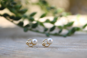 A pearl with a ball and a circle Stud Earring