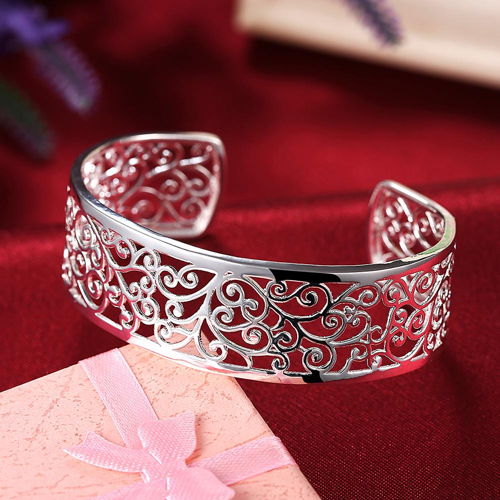 bracelet bangle with elegant motifs