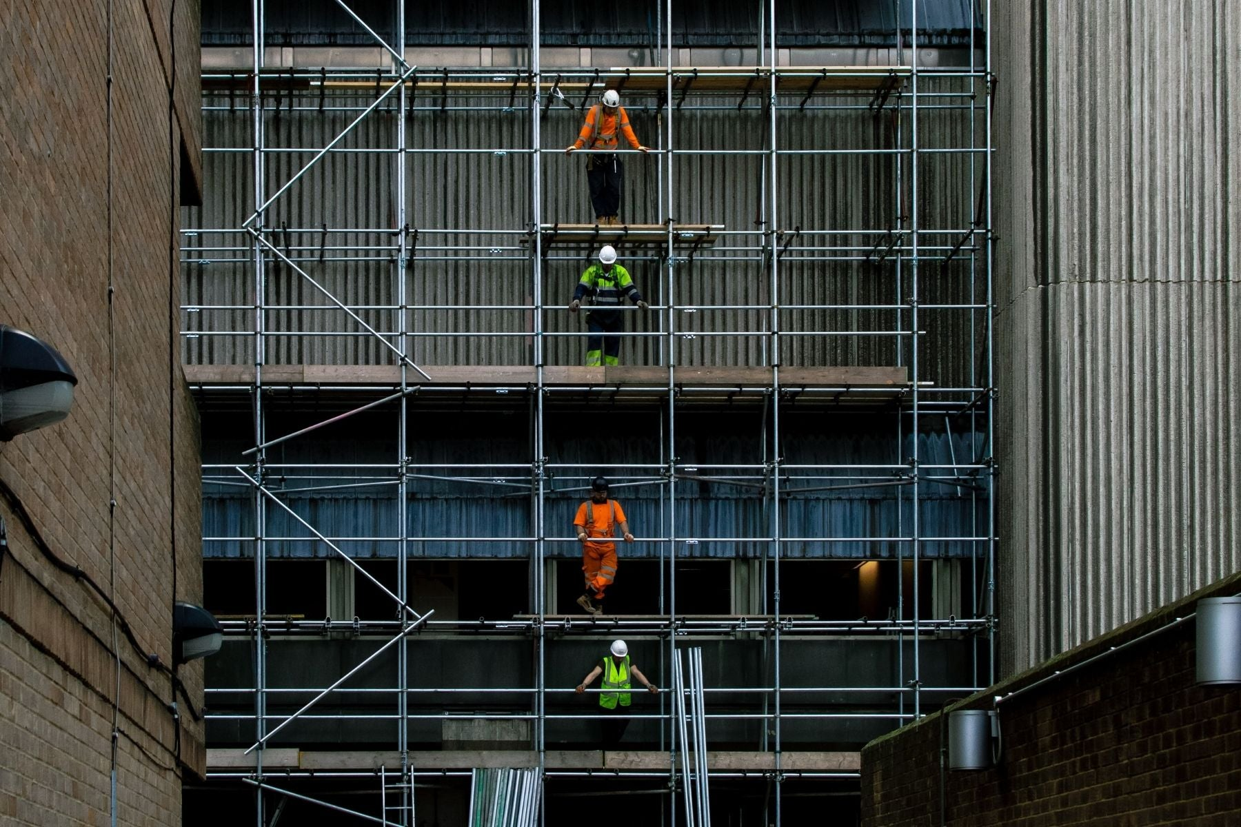 fall protection program requirements, workers on scaffolding