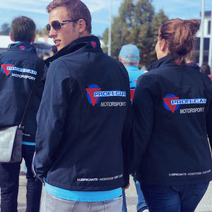 PROFI-CAR Motorsport Teamkleidung Softshelljacke in Dunkelblau - Junges Paar gekleidet in PROFI-CAR Softshelljacke