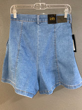 Load image into Gallery viewer, Light Wash Denim Shorts