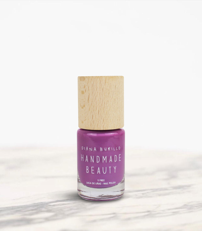 Nail Polish Non Toxic Color Plum - Handmade Beauty Nail Polish Nail Polish Non Toxic Color Plum The charm of mauve, plums skin before ripening, a field of lilac relaxing and balancing. Size: 10 ml Formulation The perfect dose of pigments in the formulation guarantees a covering effect. Contains ingredients specifically designed to strengthen nail's resistance like organic silicon. Easy Apply Fast and precise application due to its brush.  An ergonomic cap for easy use. How to use: to obtain an optimal re