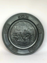 Load image into Gallery viewer, Zinnteller Wandteller Bauernstube 1880 Relief 27 cm 600 g alte Zinnmarke 50009