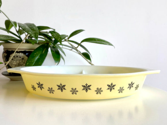 JAJ PYREX (England) 'Snowflake' in yellow, #2179 Divided Dish