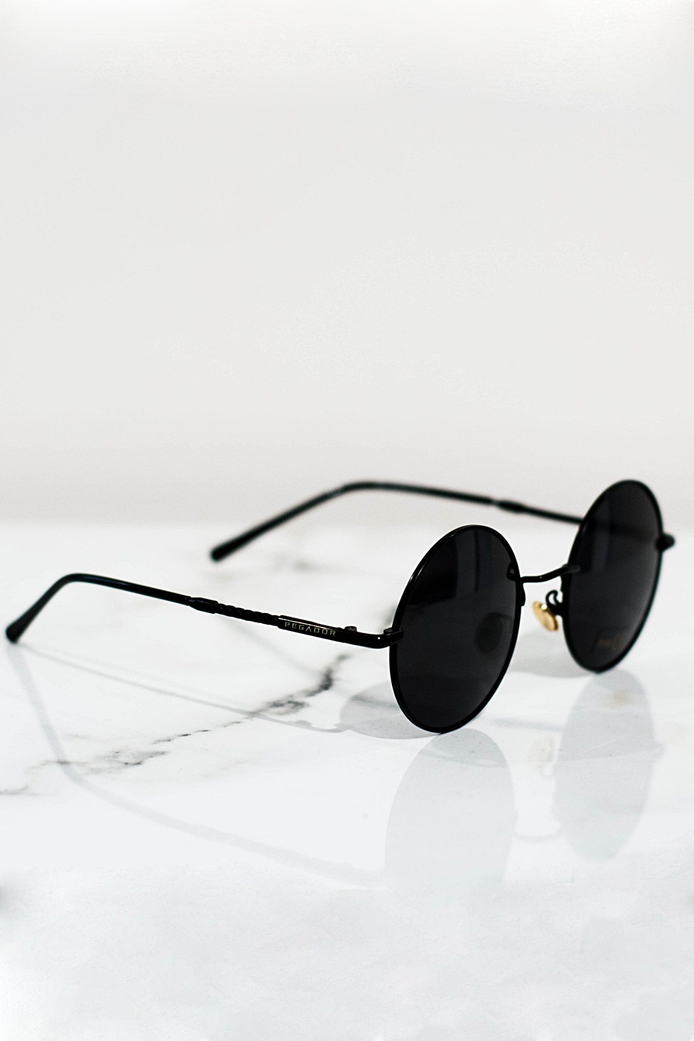 Round sunglasses black with dark lens