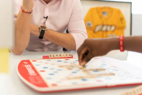 Couple jouant au scrabble