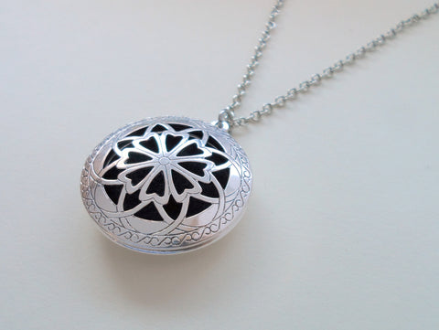 Aromatherapy Essential Oils Diffuser Necklace with 5 Pads (Vintage Design, 32mm)