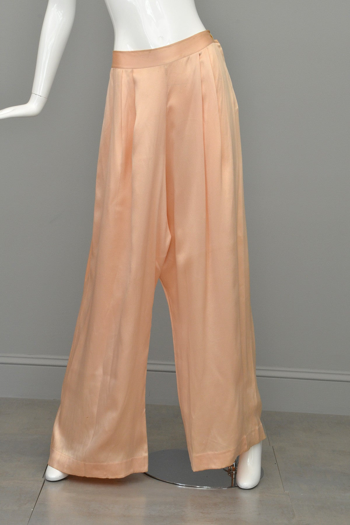 1930s Peach Silk Satin Aqua Piping Keyhole Back Pajamas Loungewear, Size Large