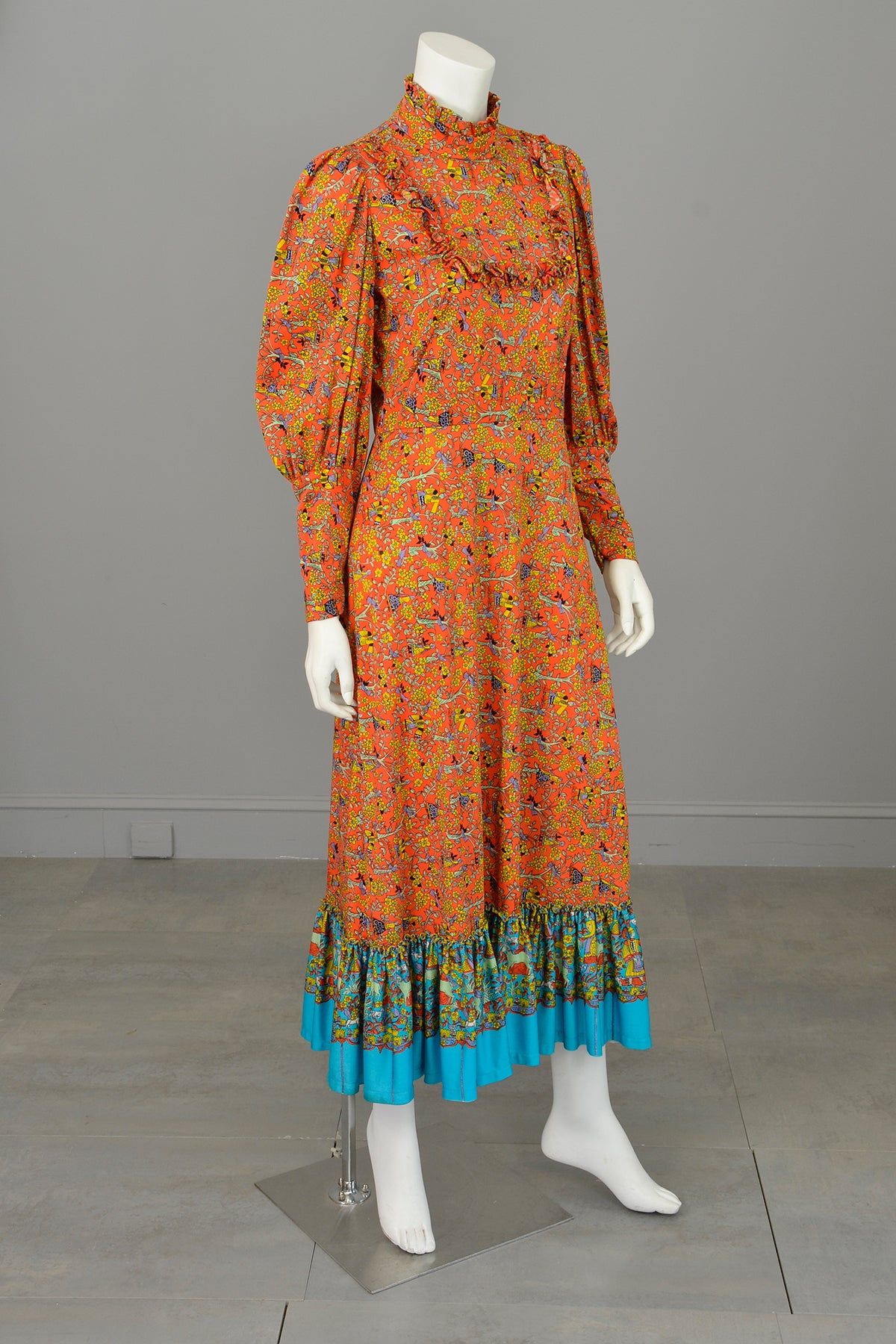 1970s Novelty Folk Print Vintage Folklore Peasant Prairie Dress w Mutton Sleeves and Ruffles