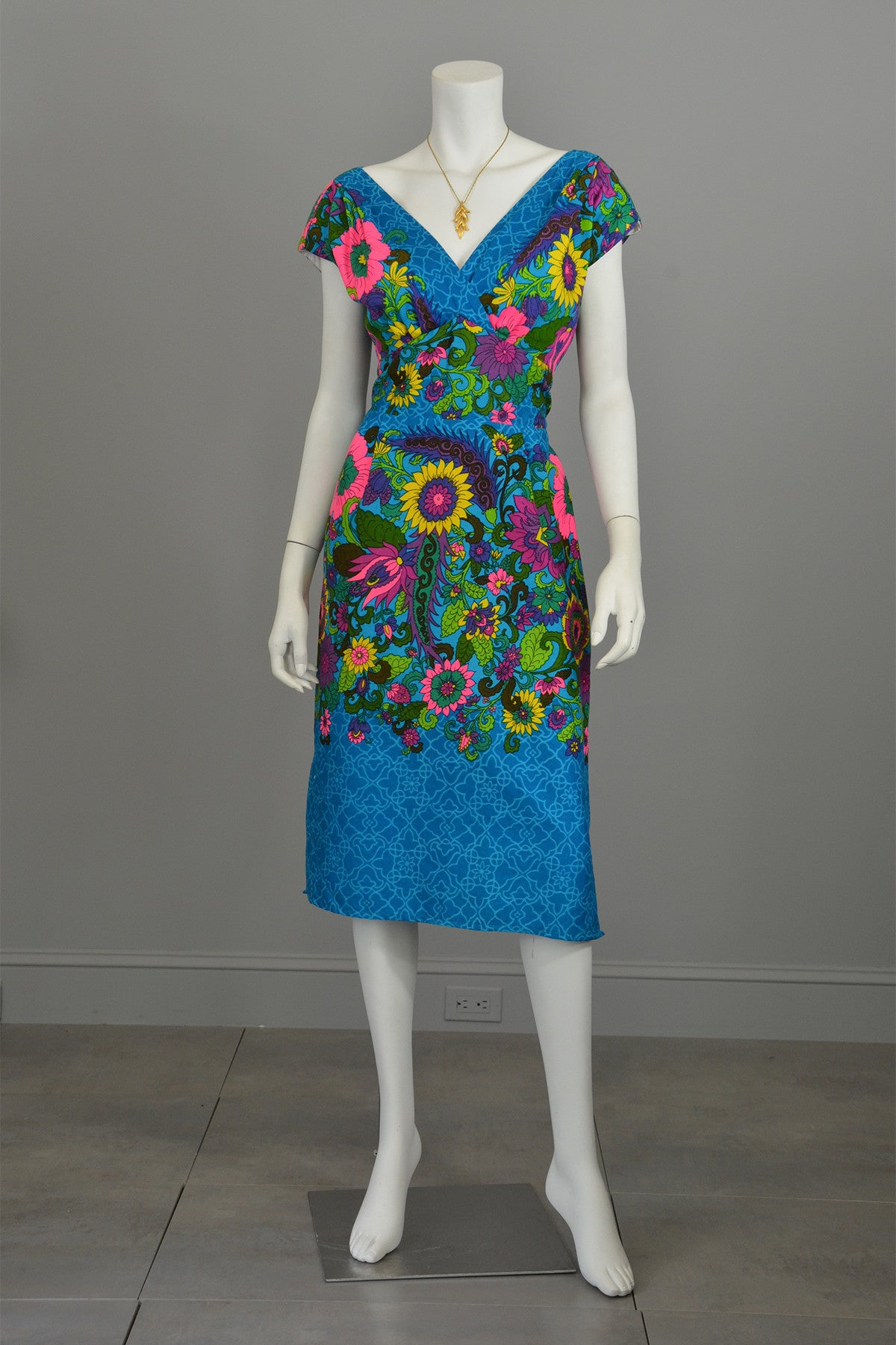 "1970s Sunflowers in a Garden Dress Size M/L, Plunging neckline Bust 38"", Waist 30"""