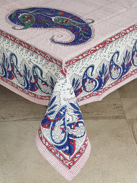 Mantel rectangular estampado a mano con paisleys grandes en color azul y base roja. Hecho en la India.