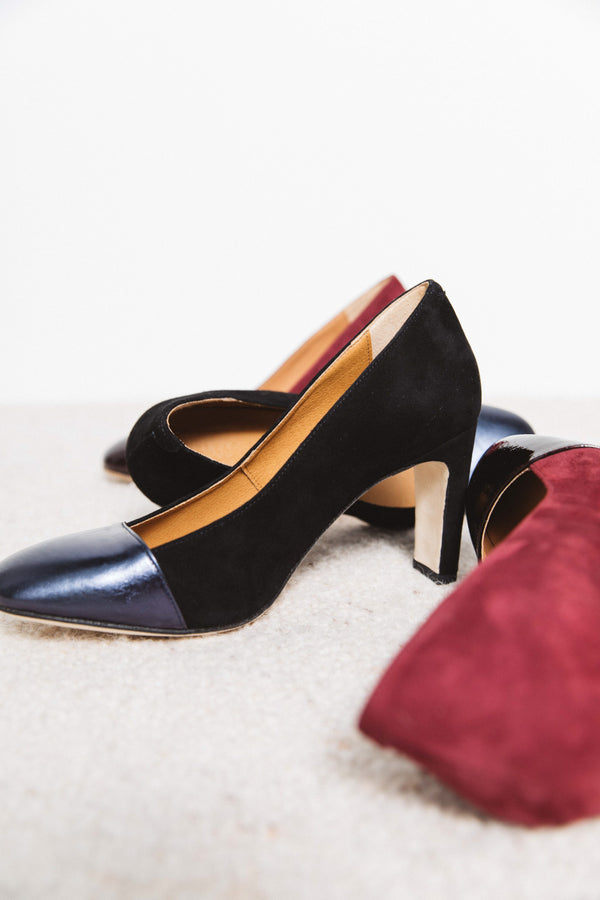 isele-black-and-metallic-blue-pumps