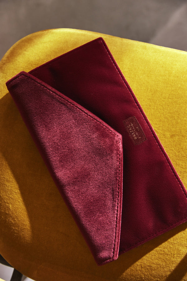 pochette-hubert-en-velours-bordeaux