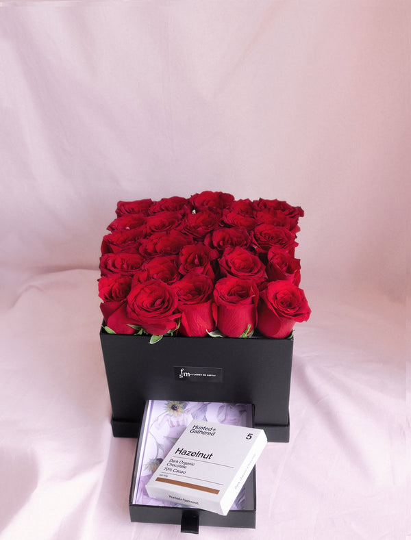 Scarlet - Roses in a black square hat box