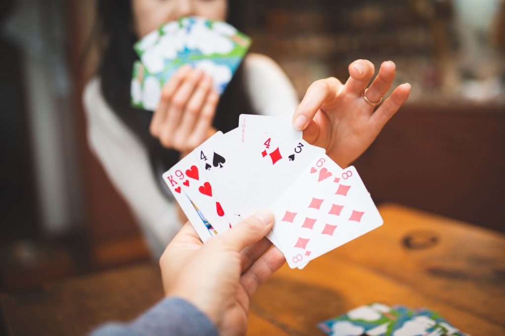 couple-playing-a-card-game