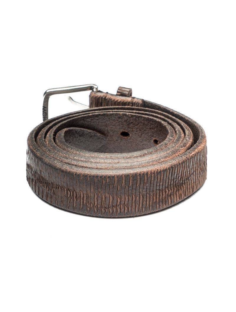 SLIM LEATHER BELT WITH STRIPE EMBOSS IN BROWN