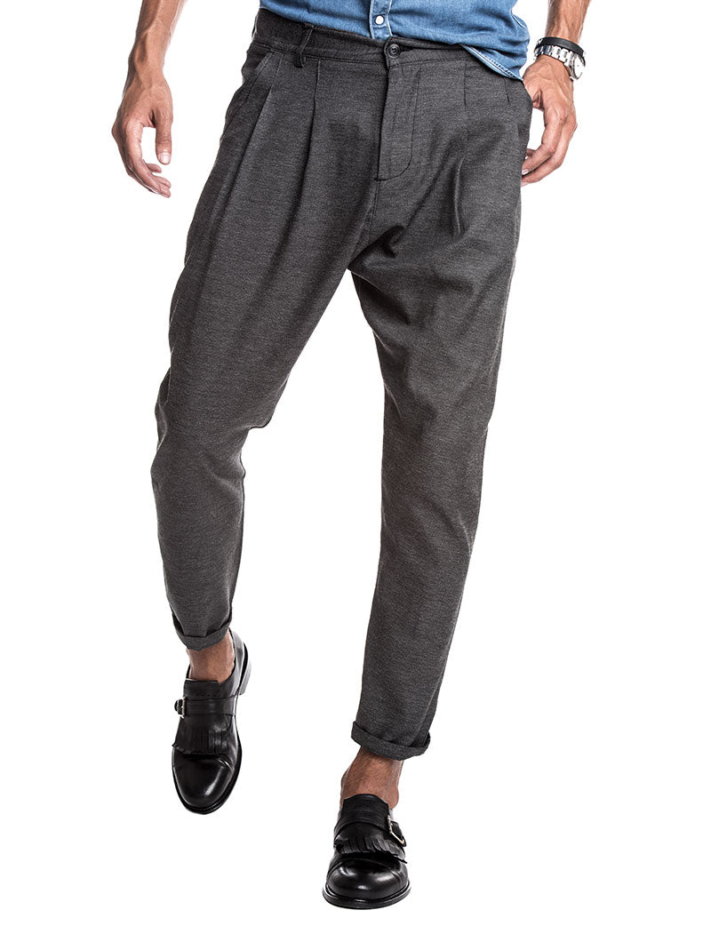 MEN'S CLOTHING | PLEATED PANTS IN CHARCOAL | FRONT PLEATS | TAPERED LEG | NOHOW