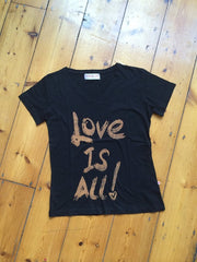 "Love is all You Need Hand Painted T-shirt|Camiseta pintada a mano Amor Es Todo Lo Que Necesitas|""愛的力量""手繪T恤"
