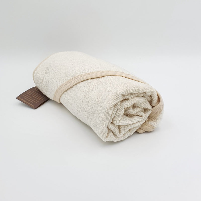 This is the towel you have been looking for!!! The ONCO Cotton that is used from Fibre for good gives the most magical feel to this towel. Made from premium terry towel, it has a comfy hood to keep baby warm while drying after bath time and soft rib binding around the edges. Super soft and super absorbent, Organic Natural Colour Cotton is the perfect fibre for towels. Made from 100% chemical-free Organic Natural Colour Cotton Terry towelling Rib edging 100% hypoallergenic 85cm x 85cm COLOUR: Natural White