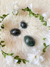 Load image into Gallery viewer, ネフライトジェードヨニエッグ / Nephrite Jade Yoni Egg -GIA Certified