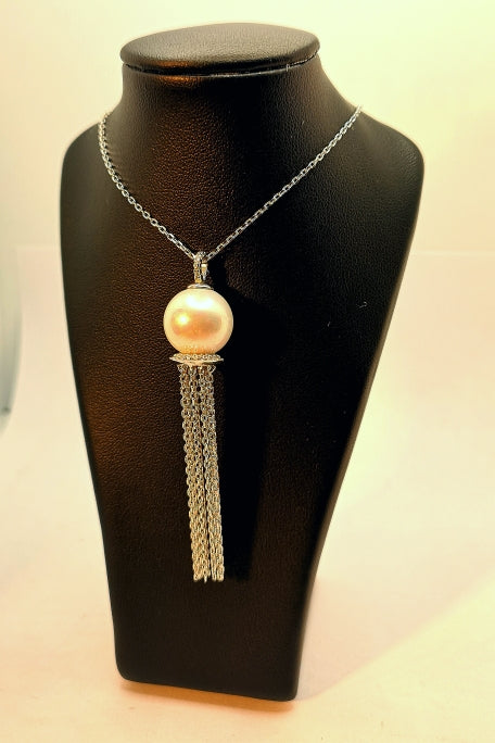 Necklace in sterling silver with rhodium finish and faux pearl.