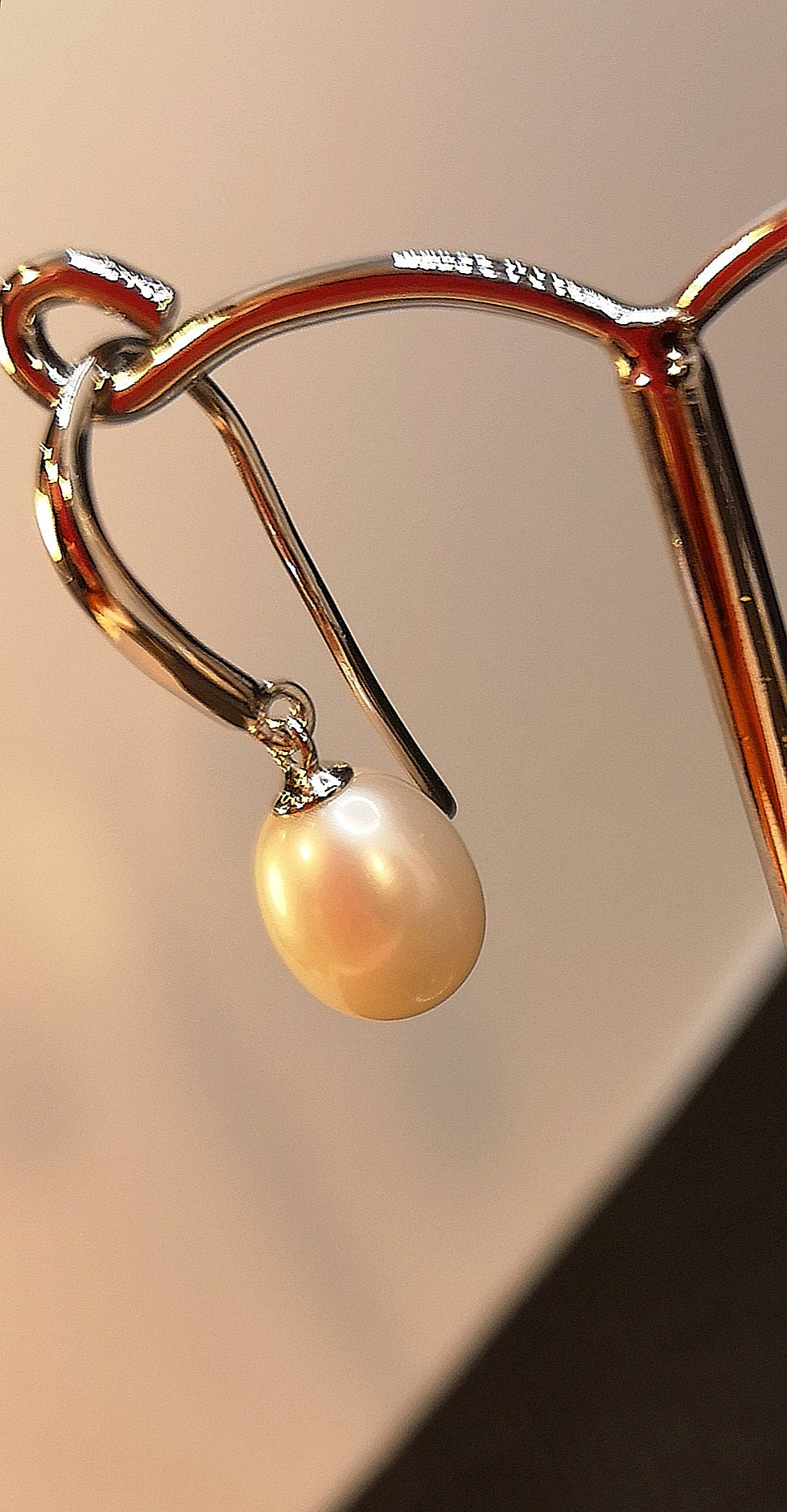Genuine hanging pearl earring in sterling silver with rhodium finish