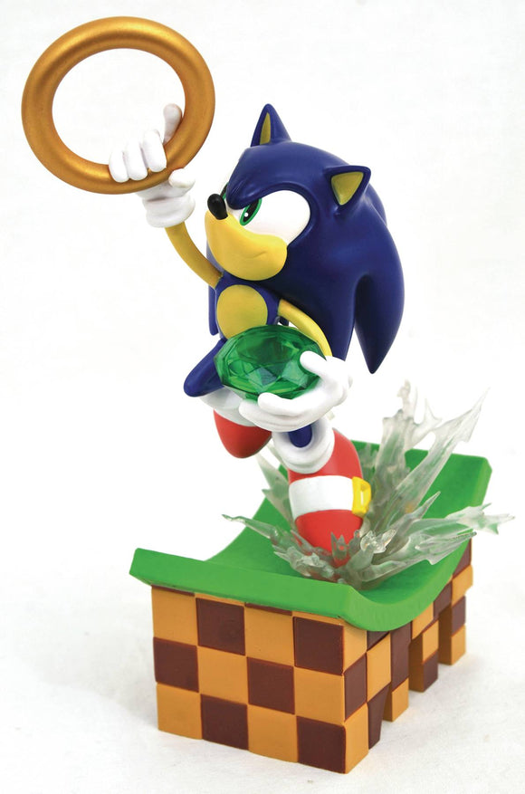 Sonic the Hedgehog The Green Hill Zone Gallery Statue  A Diamond Select Toys Release!  The boy in blue is kicking it into overdrive in this dynamic Diorama! Part of the Sonic the Hedgehog Gallery line.  Part of the Sonic the Hedgehog Gallery line, this piece shows Sonic carrying a gem and leaping to grab a ring as he races through the Green Hill Zone.
