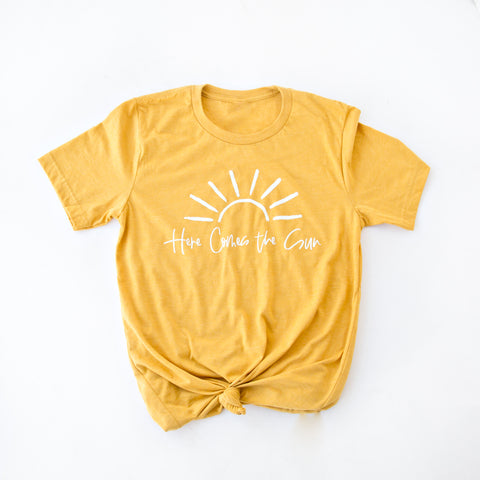 HERE COMES THE SUN GRAPHIC TEE | MUSTARD