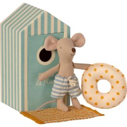 Beach mouse - little sister in cabin de plage